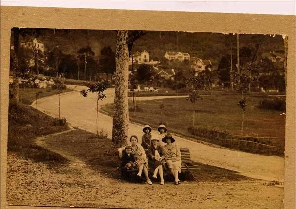Du lich Sapa - Khách du lịch Pháp chụp ảnh tại công viên được xây dựng tại Sa Pa.