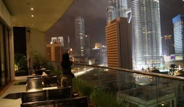Từ  ban công của khách sạn bạn sẽ có tầm nhìn tuyệt đẹp chiêm ngưỡng tòa tháp đôi Petronas. Ảnh: Travelzad