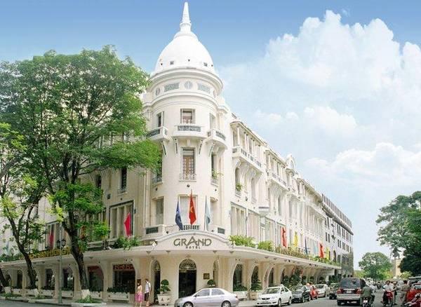 Grand Hotel Saigon với lối kiến trúc mang đậm phong cách Pháp sang trọng Ảnh: iVIVU.com