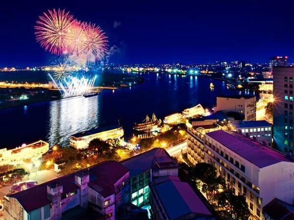 Vẻ đẹp lung linh của sông Sài Gòn nhìn từ ban công của khách sạn.