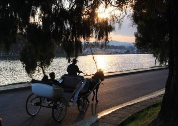 Từ ban công phòng của khách sạn, du khách sẽ nhìn thấy khung cảnh của Hồ Xuân Hương thơ mộng.