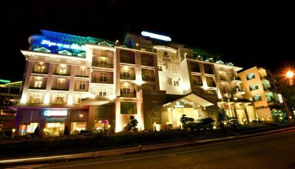 Du lịch Đà Lạt - Vẻ đẹp của khách sạn trong đêm.