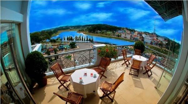 Du lịch Đà Lạt - Ban công ngập nắng của khách sạn.