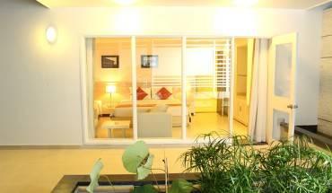 Du khách sẽ được nhân viên của iVIVU.com tư vấn cách lựa chọn phòng nghỉ thích hợp. Ảnh: iVIVU.com
