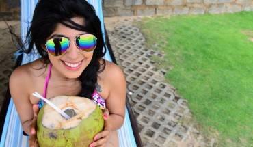 Vừa tằm nắng vừa uống nước dừa. Ảnh: Bruisedpassports