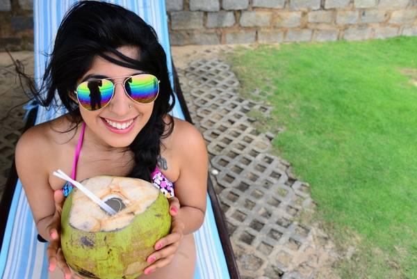Vừa tằm nắng vừa uống nước dừa.