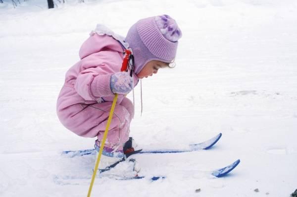 Nhớ trang bị quần áo đầy đủ và phù hợp với điều kiện thời tiết cho trẻ