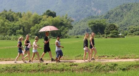 Du lịch Việt Nam - Ngày càng có nhiều du khách nước ngoài thích thú hành trình du lịch đồng quê Việt Nam.