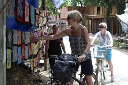 Du lịch Việt Nam - Thổ cẩm rực rỡ sắc màu, luôn hấp dẫn với khách nước ngoài mỗi khi tới Việt Nam.