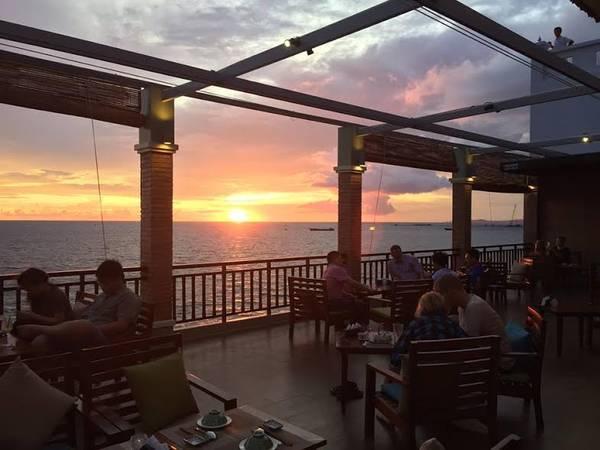 Nhà hàng Xin Chào có view nhìn ra biển khá đẹp.