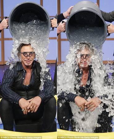 Ngôi sao cơ bắp của Hollywood Mickey Rourke bình thản hứng chịu 2 xô nước đá trong một chương trình truyền hình.