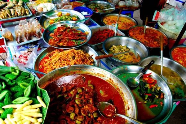 Thưởng thức các món ăn địa phương