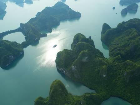 Phong cảnh Vịnh Hạ Long nhìn từ trên cao.