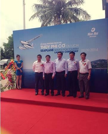 Bộ trưởng Đinh La Thăng đáp chuyến bay thủy phi cơ từ Nội Bài (Hà Nội) tới Tuần Châu - Hạ Long.