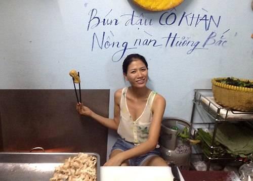 Nhiều người ghé quán thỉnh thoảng bắt gặp Trang Trần đáng yêu đứng chiên đậu khuôn hay chả cốm.