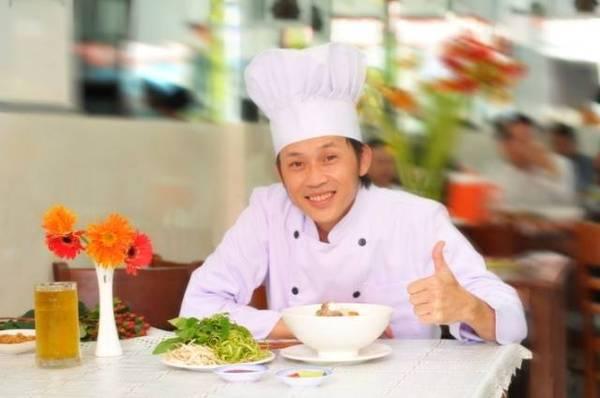 Danh hài Hoài Linh bên tô bún mọc thơm ngon.