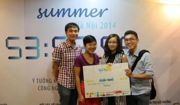 Bà Đỗ Thị Thúy Hằng – CEO iVIVU.com trao phần thưởng cho các đội đoạt giải. Ảnh: Startup Weekend Hà Nội