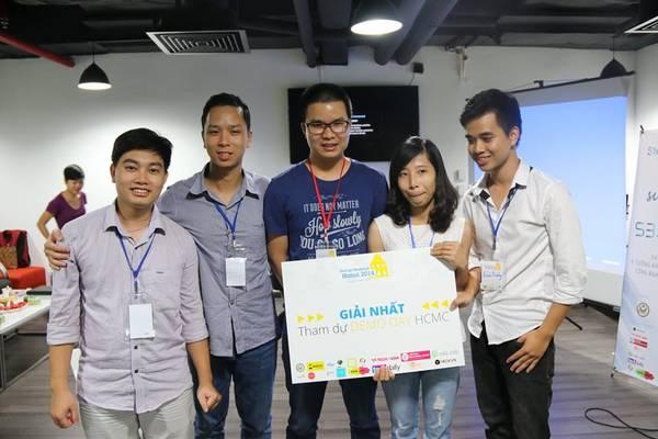 Một trong hai đội giành giải nhất tại cuộc thi. Ảnh: Startup Weekend Hà Nội