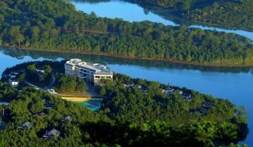 Vẻ đẹp của Dalat Edensee Lake Resort & Spa nhìn từ trên cao. Ảnh: iVIVU.com