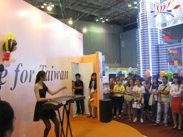 Du lịch Sài Gòn - Nữ nhạc sỹ người Hàn Quốc đánh đàn tại hội chợ.