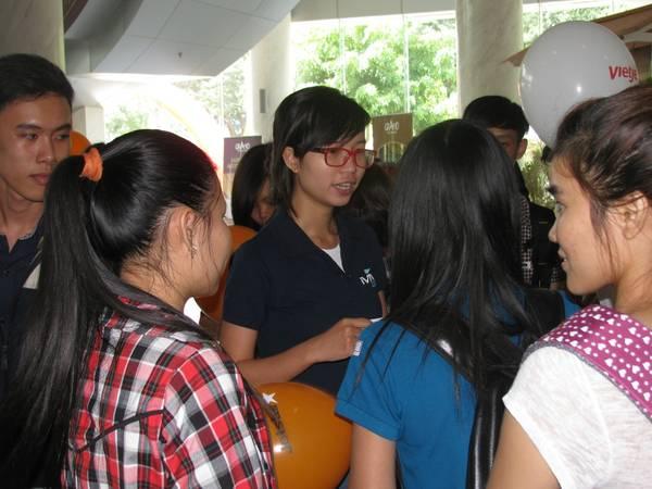 Du lịch Sài Gòn - Nhân viên iVIVU.com giải thích thắc mắc cho khách hàng tại hội chợ.