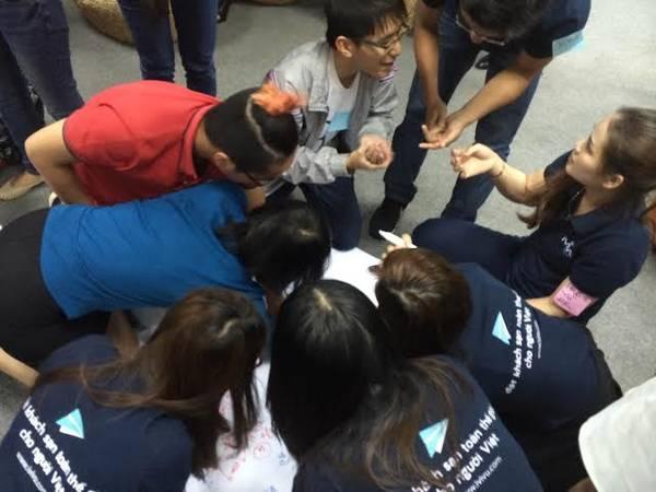 Mọi người đang thảo luận để trả lời các câu hỏi từ ban tổ chức. Ảnh: iVIVU.com