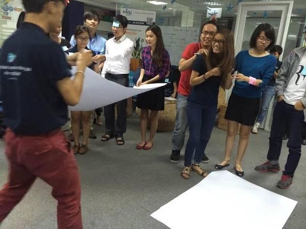 iVIVU-er vui chơi trong buổi họp mặt  định kỳ cuối tháng. Ảnh: iVIVU.com