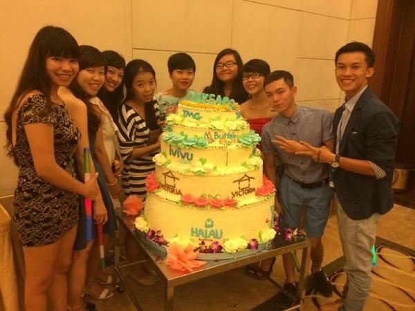 iVIVU-er Chụp hình kỷ niệm cùng bánh sinh nhật kỷ niệm 20 TMG. Ảnh: FB Đinh Thị Ái Vang.