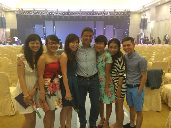 iVIVU-er chụp ảnh kỷ niệm cùng CEO Trần Trọng Kiên.