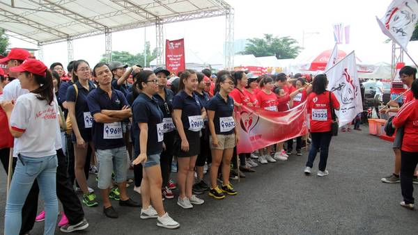 Những người tham gia đã có mặt từ rất sớm để chuẩn bị cuộc chạy bộ.