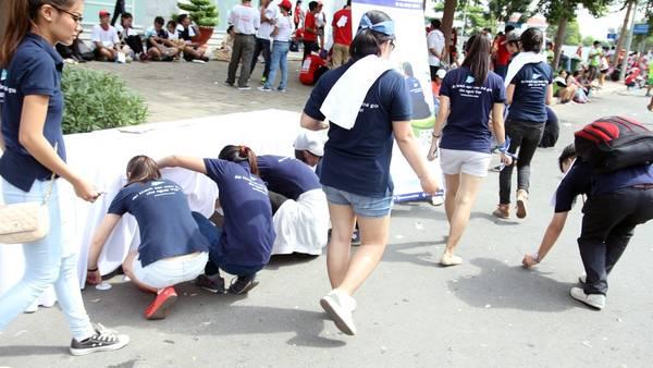 Nhiều bạn tham gia đã ở lại nhặt rác sau khi cuộc đua kết thúc.
