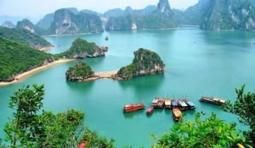 12. Vịnh Hạ Long, Việt Nam: Vịnh Hạ Long, di sản thế giới UNESCO cũng lọt vào danh sách những đường bờ biển ấn tượng nhất thế giới. Ngoài biển xanh và bãi cát, vịnh còn sở hữu nhiều đảo nhỏ, hang hốc với đời sống sinh thái đa dạng, hấp dẫn.