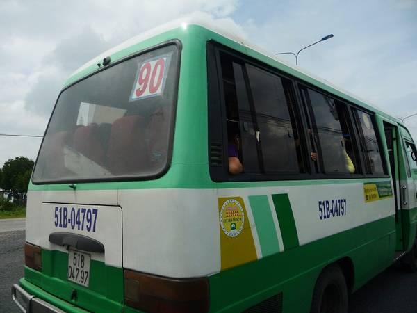 Xe buýt số 90 đi từ phà Bình Khánh vào trung tâm thị trấn Cần Thạnh.