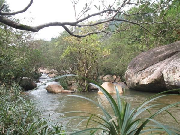 Ba Hồ thích họp cho nhóm bạn cắm trại, tắm suối, câu cá và thưởng thức cảnh non xanh nước biếc.