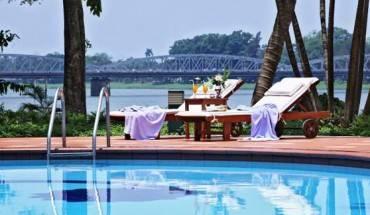 Hồ bơi tại Khách sạn Century Riverside Huế.