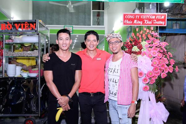 Bạn bè trong giới giải trí tới chúc mừng siêu mẫu Bình Minh.