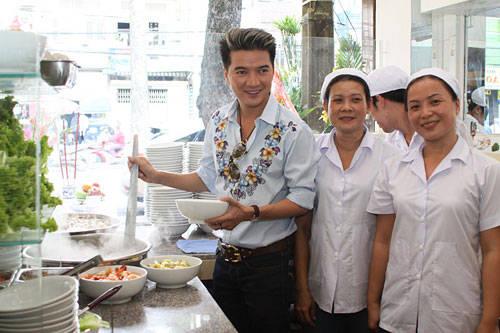 Mr Đàm bên trong nhà hàng Tùng Hưng.