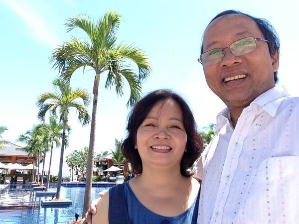 Du lịch Hội An - Anh Duy Thệ và bà xã chụp hình chung trong chuyến du lịch Hội An do iVIVU.com tài trợ. Ảnh do nhân vật cung cấp.