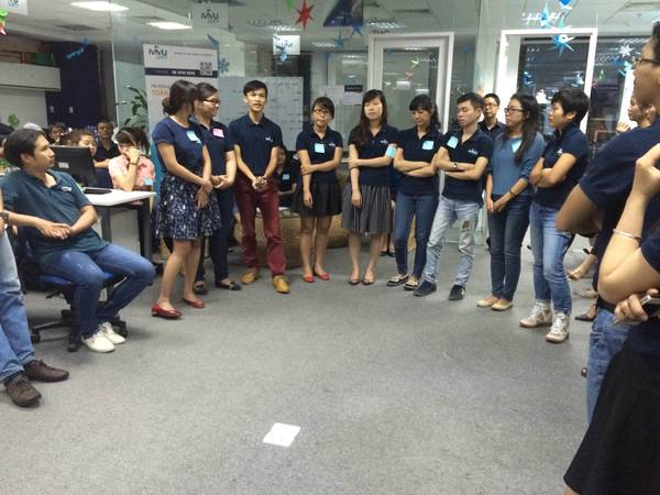Các nhân viên đang chia sẻ cảm xúc về chuyến đi cho các thành viên còn lại trong gia đình iVIVU.com