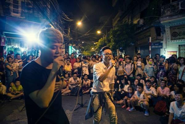 du lịch Hà Nội -  Trúc Nhân và Dương Trần Nghĩa đã cháy hết mình trên đường phố.