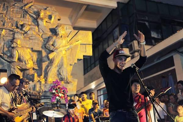 du lịch Hà Nội - Ca sỹ Đông Hùng trong một buổi biểu diễn Monsoon Street Show.