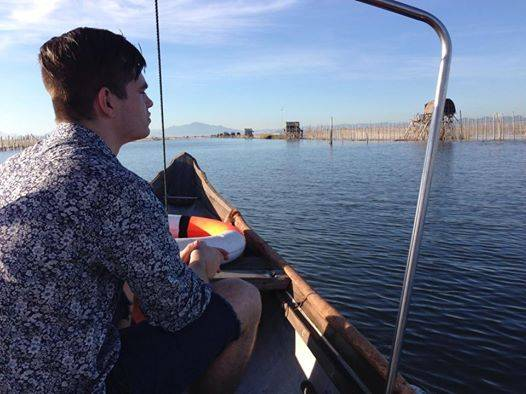 Levi ngồi thuyền trên phá Tam Giang. Ảnh: facebool The Scoop.