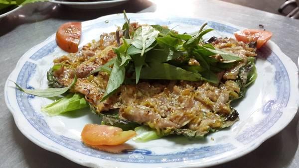 Dê được chính người nhà nuôi ở trên triền núi, rồi lấy thịt chế biến thành các món ăn thơm ngon.