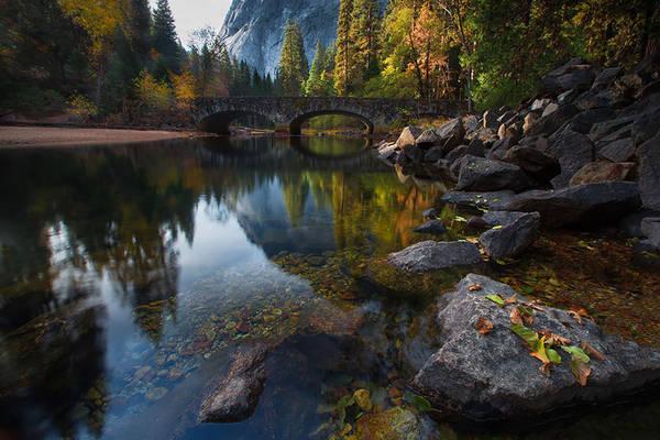 Cầu Ahwanee bắc qua sông Merced thuộc Công viên quốc gia Yosemite, hạt Mariposa, bang California, Mỹ.