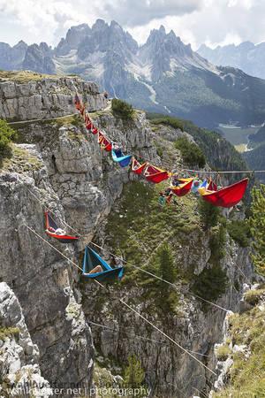 Cùng nhau chơi đùa trên những chiếc dây giữa không trung hay cùng mắc võng và nằm vắt vẻo giữa núi rừng, vực thẳm...