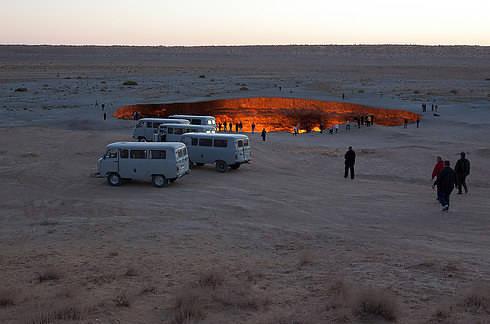 """Du khách đang tham quan """"Cánh cửa địa ngục""""."""