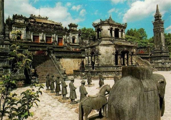 Du lịch Huế - Huế luôn cho thấy được một vẻ đẹp mộng mơ, huyền bí.