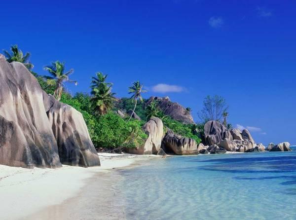 Du lịch Phú Quốc - Bạn có thể đắm mình trong làn nước xanh ngắt, hít thở gió biển trong lành tại Phú Quốc. Ảnh toptravels.