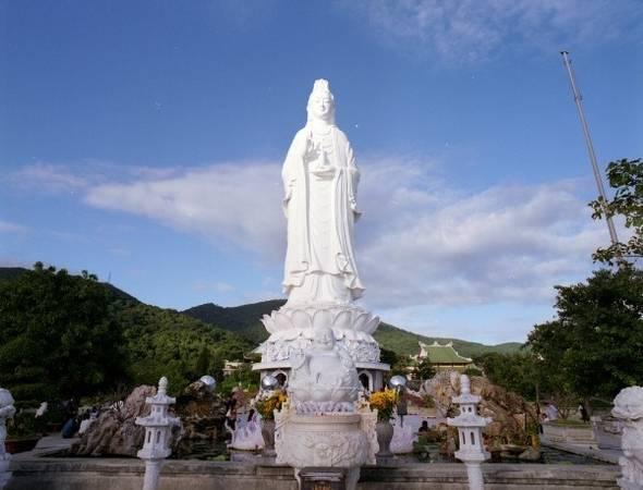 Tượng Quan Thế Âm - tượng lớn nhất Đông Nam Á nằm tại ngôi chùa Linh Ứng Tự Bãi Bụt.
