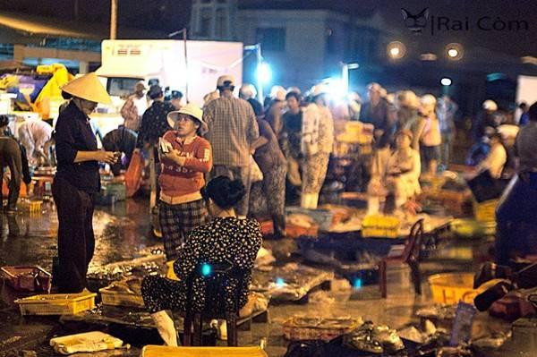 Chợ cá lúc sáng sớm ở Đà Nẵng.